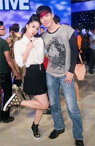 Khánh Thi nhí nhảnh bên Nathan Lee trong hậu trường trước giờ lên sóng.