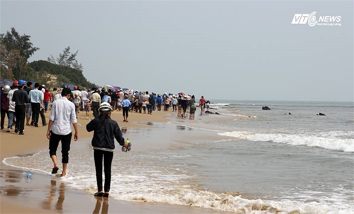 Đồng bào vào khu vực an táng Đại tướng theo đường bờ biển.