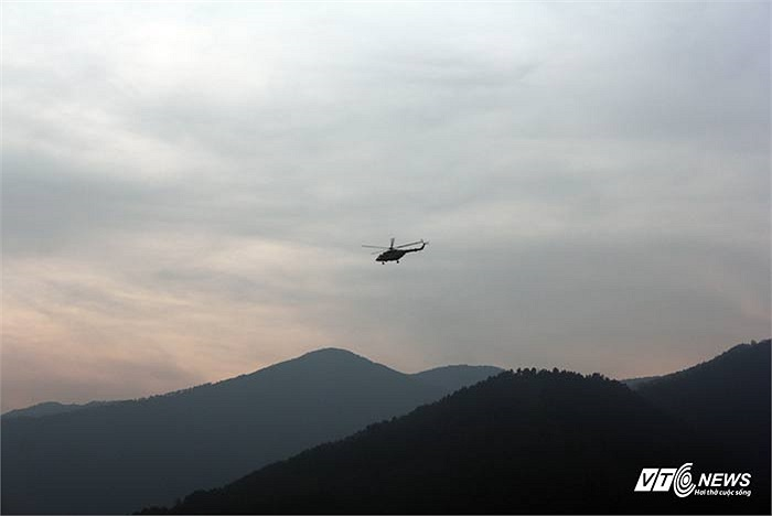 Máy bay trực thăng làm nhiệm vụ ở khu vực an táng trở về.
