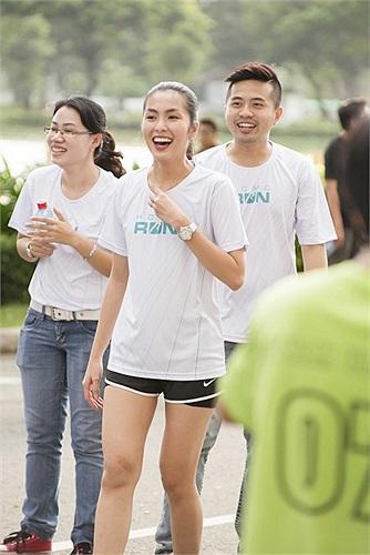 Vừa qua tại hồ Bán Nguyệt, quận 7, thành phố Hồ Chí Minh, Tăng Thanh Hà đã cũng mọi người tập luyện chạy bộ.