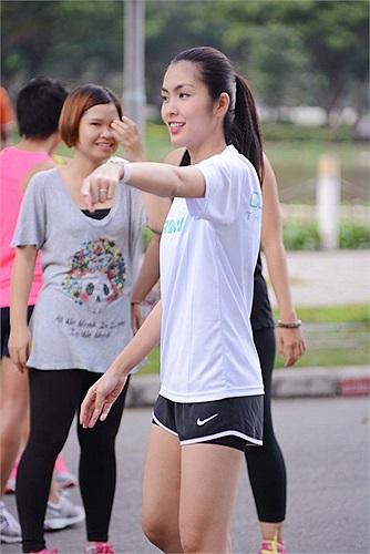 Huấn luyện viên đã chỉ dẫn cho Tăng Thanh Hà cùng mọi người cách chuẩn bị sức khoẻ tốt nhất cho giải chạy việt dã này.