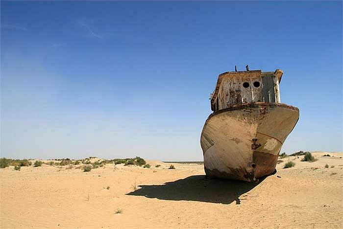 Biển Aral từng là một biển kín (không tiếp giáp đại dương hay biển khác) lớn thứ tư trên thế giới, do hai dòng sông Amu Darya và Syr Darya tạo thành.