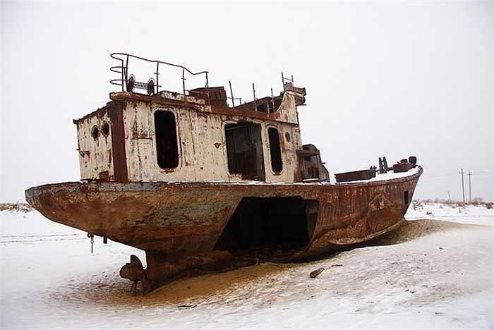 Đội tàu đánh bắt hàng trăm chiếc từng một thời dọc ngang trên biển, giờ đây nằm hoen gỉ rải rác khắp nơi.