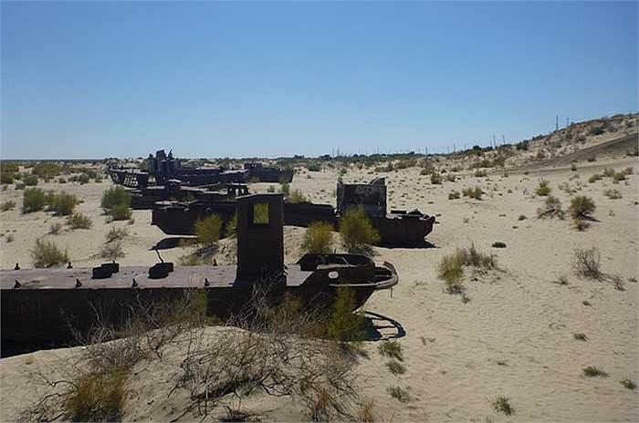 Khung cảnh nơi đây hiện tại giống như một cảnh trong phim khoa học viễn tưởng: những con tàu trôi dạt trên sa mạc.