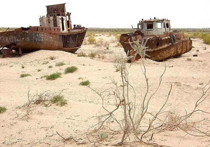 Xác của hàng trăm con tàu nằm rải rác khắp nơi giữa biển cát trắng mênh mông.