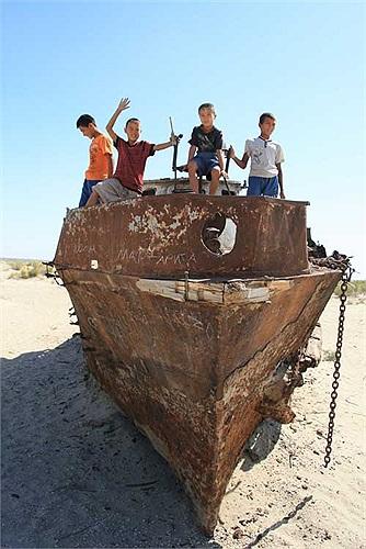 Khu vực này hiện tại cách bờ biển Aral khoảng chừng 150km, khô cằn như một sa mạc thực thụ.