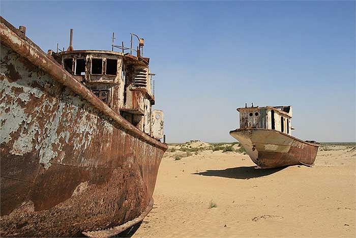 Đánh bắt thủy hải sản trên biển Aral từng là ngành kinh tế mũi nhọn của thành phố, nuôi sống hàng chục ngàn cư dân của nó.