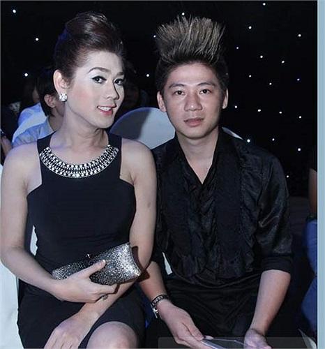 Ăn mặc khá cầu kỳ, trang điểm có phần quá đà với khuôn mặt bự phấn, Lâm Chi Khanh đánh mất vẻ đẹp tự nhiên vốn có của mình.
