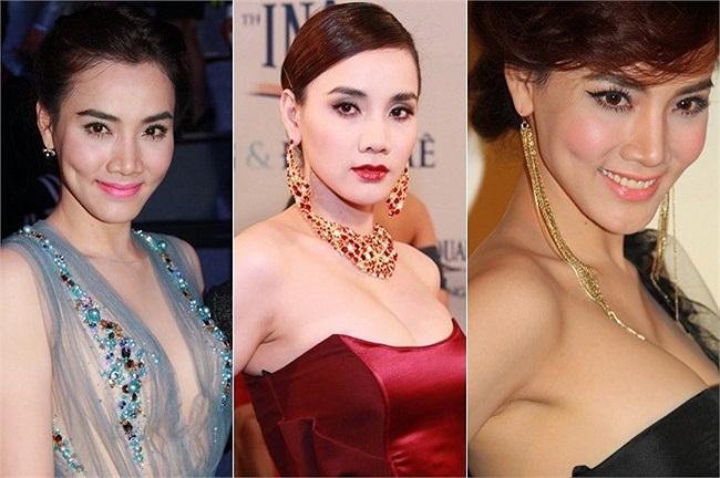 Việc lạm dụng sắc môi hồng khiến cô càng trở nên 'lúa' hơn trong các bộ váy sặc sỡ.