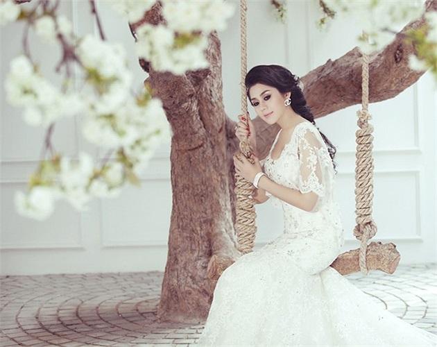 Xuất hiện trong bộ ảnh mới đây, Lâm Chi Khanh khiến nhiều người bất ngờ bởi vẻ xinh đẹp, nữ tính.