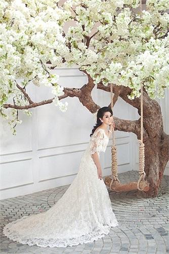 Diện chiếc váy ren xuyên thấu, Lâm Chi Khanh gợi cảm bất ngờ, thoát hẳn khỏi hình tượng sến sẩm trước đây.