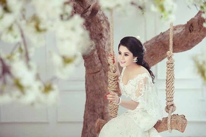 Nhan sắc ngày càng nữ tính, cộng với công nghệ chỉnh sửa ảnh đã khiến cho bộ ảnh của Lâm Chi Khanh long lanh hơn.