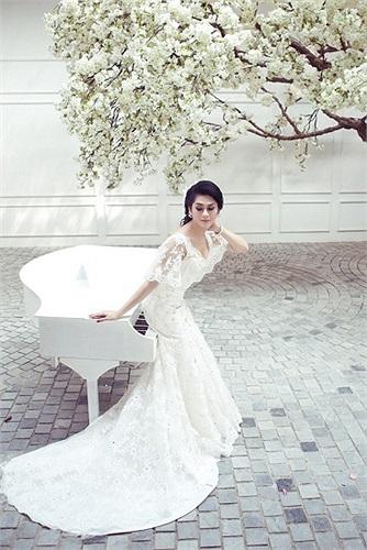 Trong bộ ảnh mới, Lâm Chi Khanh không khác nào một cô dâu xinh đẹp.
