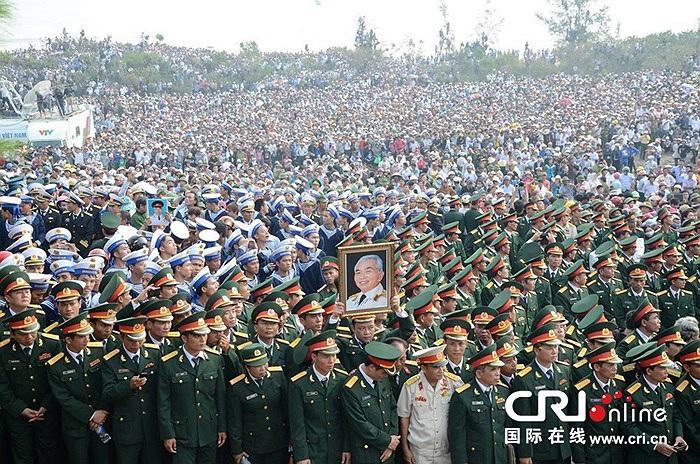 Hàng trăm nghìn người kính cẩn nghiêng mình tiễn biệt vị tướng huyền thoại về với đất mẹ Quảng Bình