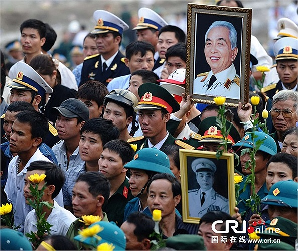 Người dân cầm hoa,di ảnh và khóc thương người anh cả của quân đội Việt Nam