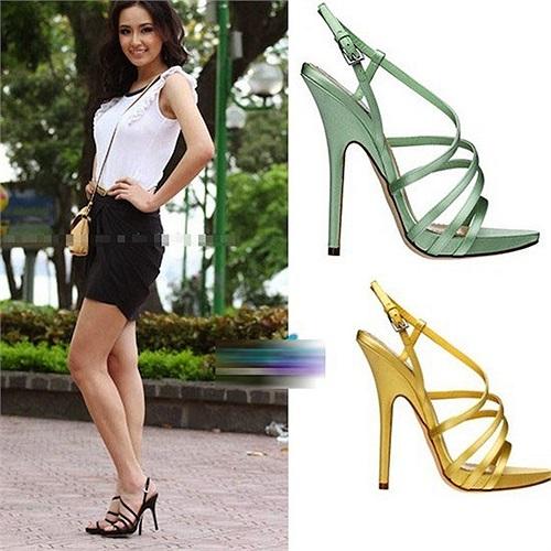 Đôi sandal của Christian Dior mang lại vẻ nữ tính cho Hoa hậu.