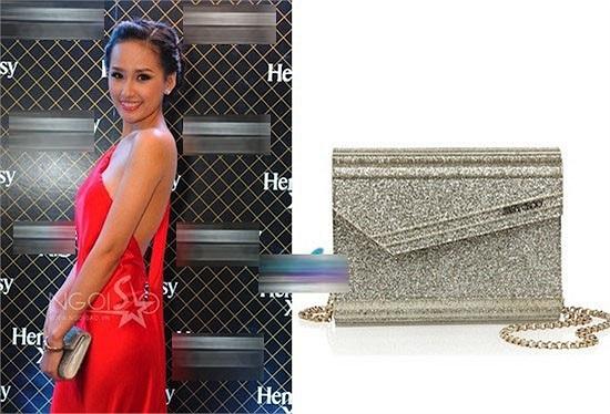 Với tone đỏ gợi cảm, thì việc đi cùng một chiếc ví lấp lánh của Jimmy Choo có giá 155 USD (12 triệu đồng).