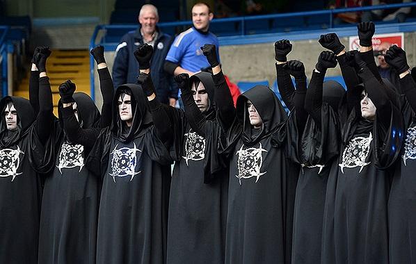 Trước khi trận đấu giữa Chelsea và Man City, 11 pháp sư áo đen đã có mặt tại Stamford Bridge