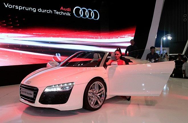 Siêu xe Audi R8 V10 Spyder. Mẫu mui trần trang bị động cơ 5,2 lít V10, hộp số tay 6 cấp hoặc hộp số ly hợp kép 7 cấp. Khả năng tăng tốc từ 0-100 km/h.