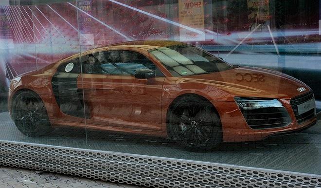 Bên ngoài khuôn viên triển lãm Vietnam Motor Show 2013, Audi Việt Nam trưng bày Audi R8 V10 Plus. Siêu xe được trang bị động cơ V10 5,2 lít, hộp số S-tronic mới 7 cấp, khả năng tăng tốc từ 0-100 km/h trong 3,5 giây, vận tốc tối đa 315 km/h.