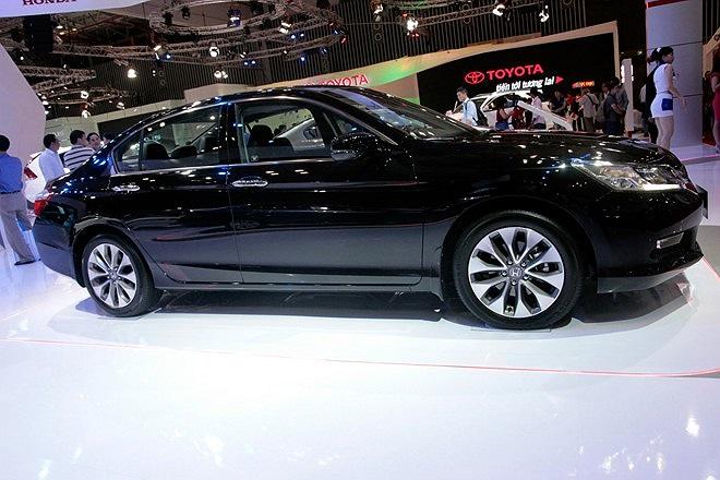 Honda Accord 2013 với động cơ V6 3,5 lít được Honda Việt Nam mang đến triển lãm để thăm dò thị trường.