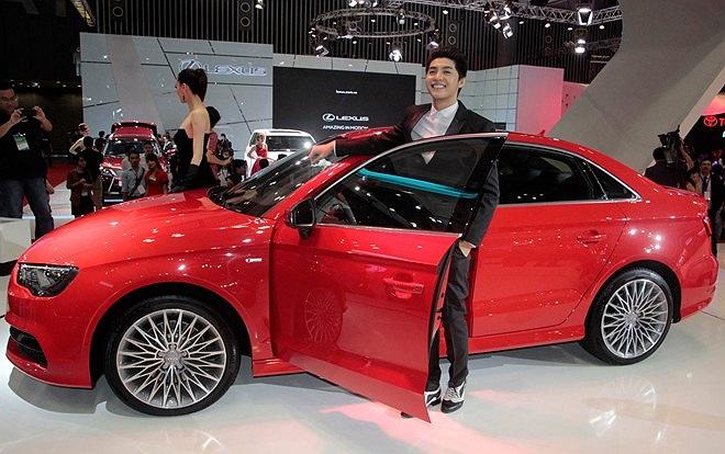 Mẫu Audi A3 Sedan lần đầu tiên ra mắt ở Việt Nam. Ca sĩ Noo Phước Thịnh là khách hàng đầu tiên ở Việt Nam sở hữu Audi A3 Sedan. Mẫu xe này mới chỉ được giới thiệu tại triển lãm New York Auto Show 2013 hồi tháng 3 vừa qua. Model có động cơ 1,8 lít, cô