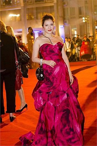 Đầm liền, hở vai là trang phục được các sao nữ ưa thích khi đi dự tiệc hay tham gia sự kiện. Dẫu vậy, trang phục này lại trở thành điểm trừ cho Lý Nhã Kỳ.