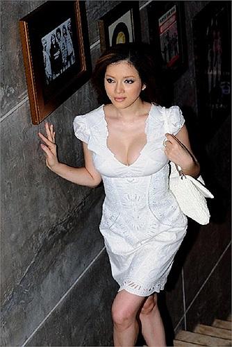 Người xem chỉ thấy vòng 1 đẫy đà của Lý Nhã Kỳ khi cô diện bộ váy trắng này.