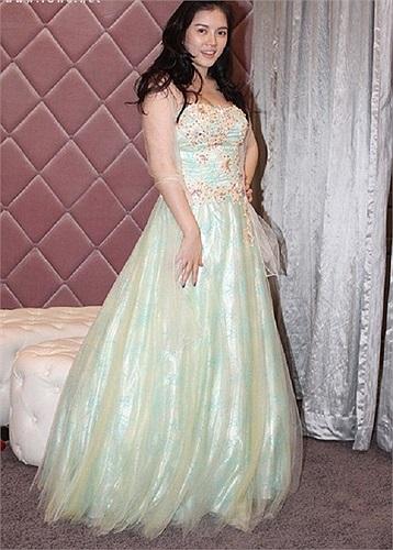 Chiếc đầm xanh nhạt mang phong cách công chúa với phần đuôi váy bồng bềnh nhưng không giúp Lý Nhã Kỳ tôn lên đường cong cơ thể.