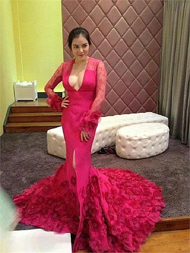 Rất may, Lý Nhã Kỳ đã không chọn chiếc váy đỏ hiệu Georges Hobeika đáng giá hàng trăm triệu này đến dự giải Cánh diều vàng.
