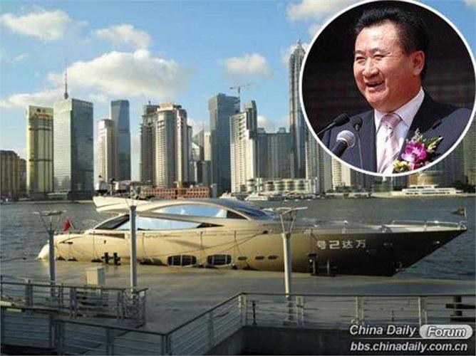 Wang Jianlin, chủ tịch Tập đoàn địa ốc Dalian Wanda, người giàu nhất Trung Quốc năm 2013, mua du thuyền Sunseeker phiên bản đặc biệt dài gần 33m này năm 2010 với giá 78 triệu tệ.