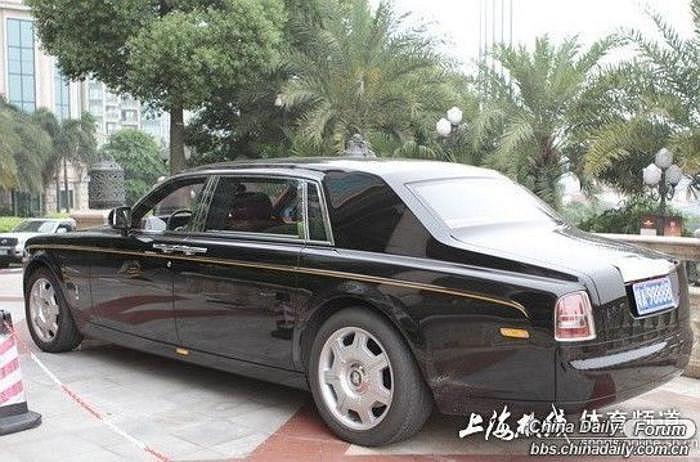 Đẳng cấp của Roll-Royce Phantom hẳn không cần bàn luận gì nhiều.
