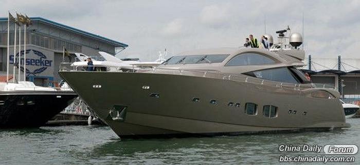 Chiếc du thuyền mà Jianlin mua, có tên Wanda 2, là phiên bản đặc biệt của chiếc Predator 108 từng xuất hiện trong bộ phim về điệp viên 007 năm 2006, Casino Royale.