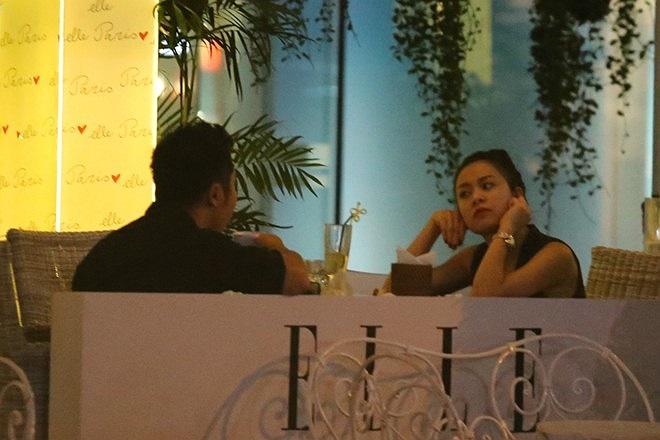 Hoàng Thùy Linh có mặt tại một quán cafe ở TP.HCM cùng bạn bè. Cô vừa trở về Việt Nam sau chuyến lưu diễn dài ngày ở nước ngoài nên khuôn mặt có khá nhiều nét mệt mỏi.