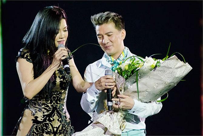 Cũng trong đêm nhạc Mùa thu của Phương, Thu Phương đã bật khóc nức nở trên vai anh trai - ca sỹ Quang Minh khi anh đệm đàn cho tiết mục song ca của nữ ca sỹ và em gái.