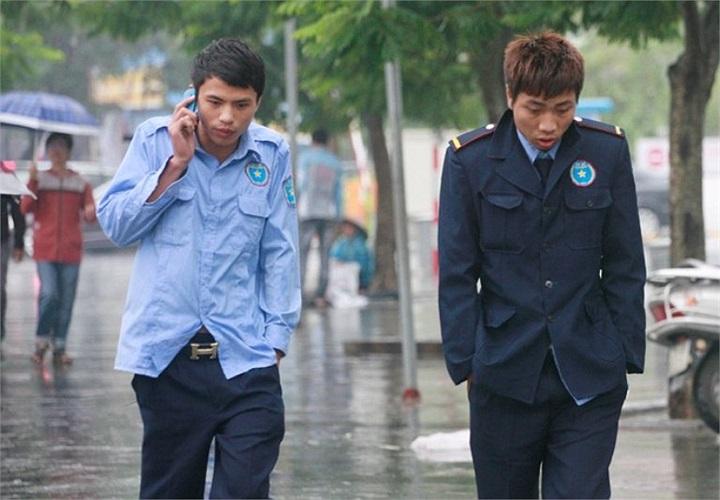 Hai thanh niên vừa đi vừa so vai trên đường Xuân Thủy.