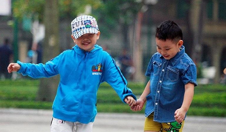 Trẻ em vui chơi ngoài công viên Lenin được bố mẹ khoác thêm nhiều chiếc áo ấm.