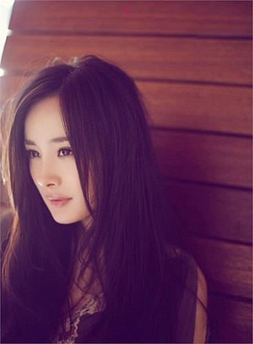 1. Dương Mịch sinh năm 1986, là một nữ diễn viên kiêm người mẫu tại Trung Quốc. Cô bắt đầu nổi tiếng với vai Quách Tương trong Thần điêu đại hiệp.