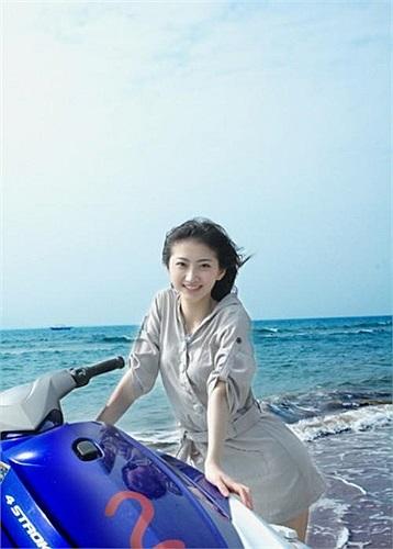 2. Cảnh Điềm sinh năm 1989, cô được gắn với danh hiệu Đệ Nhất Mỹ Nữ Bắc Kinh vì vẻ đẹp thánh thiện, ngọt ngào. Trong làng giải trí, Cảnh Điềm có tuổi nghề ít hơn hẳn các bạn diễn cùng thời, nhưng tài năng và sức hút của cô không hề kém cạnh.