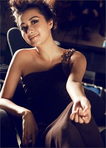 6. Từ Tĩnh Lôi , sinh năm 1974, là một nữ diễn viên, ca sĩ và đạo diễn nổi tiếng ở Trung Quốc.