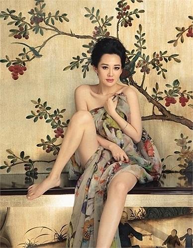 8. Hứa Tình còn được phiên âm là Hứa Tịnh, là một diễn viên Trung Quốc, với vai diễn tiêu biểu Nhậm Doanh Doanh trong phim Tiếu ngạo giang hồ 2001.
