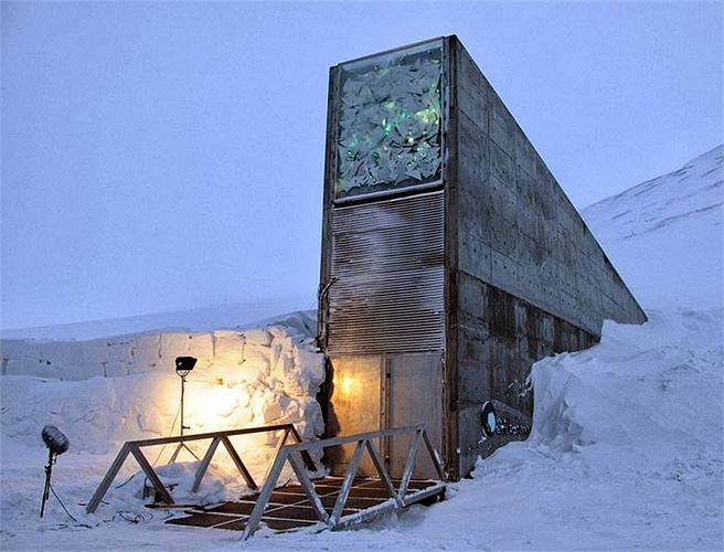 Căn hầm dự trữ hạt giống lớn nhất trên thế giới Svalbard Global Seed Vault đã đi vào hoạt động từ 26/2/2008 và cất giữ được 100 triệu hạt giống khác nhau từ hơn 100 quốc gia.
