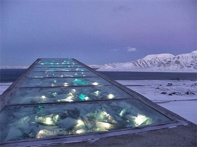 Mái của căn hầm được thiết kế bằng thép với những lăng kính và gương phản chiếu lại ánh sáng mặt trời vào mùa hè còn mùa đông sẽ có hệ thống 200 sợi cáp quang phát tia sáng màu xanh lam và ánh sáng trắng đảm bảo hầm -18 độ.