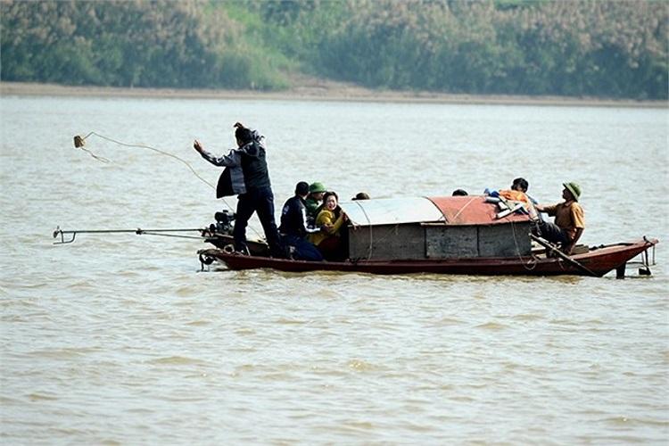 Khi nạn nhân vụ phẫu thuật thẩm mỹ bị ném xác phi tang chưa tìm thấy, 10h ngày 25/10, một nhà ngoại cảm đã được đưa lên thuyền.
