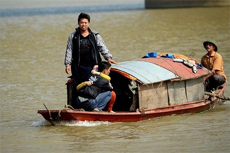 Đi cùng thuyền còn có anh Huy, chồng của nạn nhân. Nhà ngoại cảm ôm anh Huy hét: 'Em không muốn chết, không muốn đi đâu cả, em chỉ ở nhà với chồng và con thôi'.