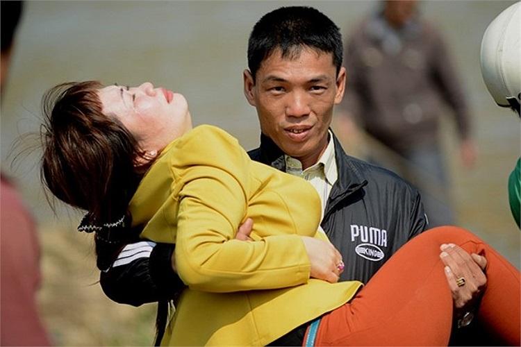 Trong khi anh Huy ôm nhà ngoại cảm lên bờ, người phụ nữ này vẫn vật vã khóc lóc.