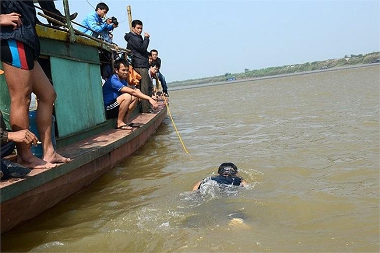 Độ sâu khúc sông này khoảng 7 đến 10 mét.