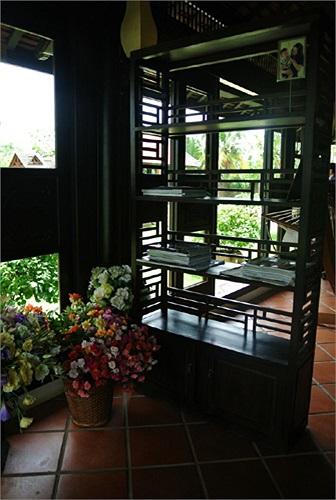 Biệt thự được thiết kế với kiến trúc độc đáo, chủ yếu sử dụng gỗ quý làm chất liệu.