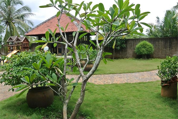 Lối thiết kế theo không gian mở, sao cho tất cả các ô cửa đều đón ánh nắng, gió sông và không khí tươi mát từ cây xanh trong vườn.