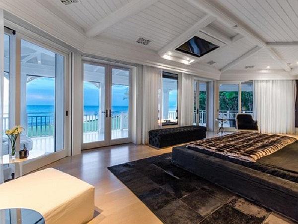 Phòng ngủ hướng ra phía biển.